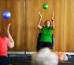 Оздоровча фізкультура для літніх жінок, що страждають ожирінням